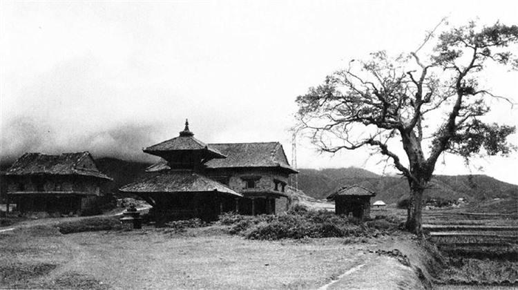 मध्यपुर थिमि न.पा.बाट दक्षिण तर्फ अवस्थित दक्षिणबाराही (क्वाछें) मन्दिर । image